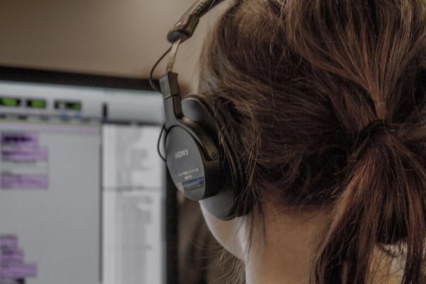 női programozó fejhallgatóval