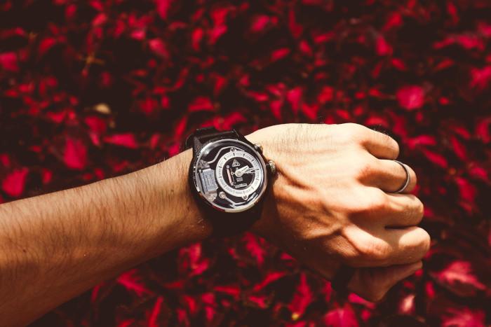 modern óra egy férfi karján