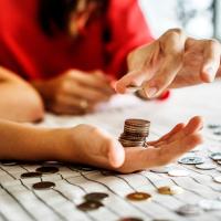 kéz pénz nő