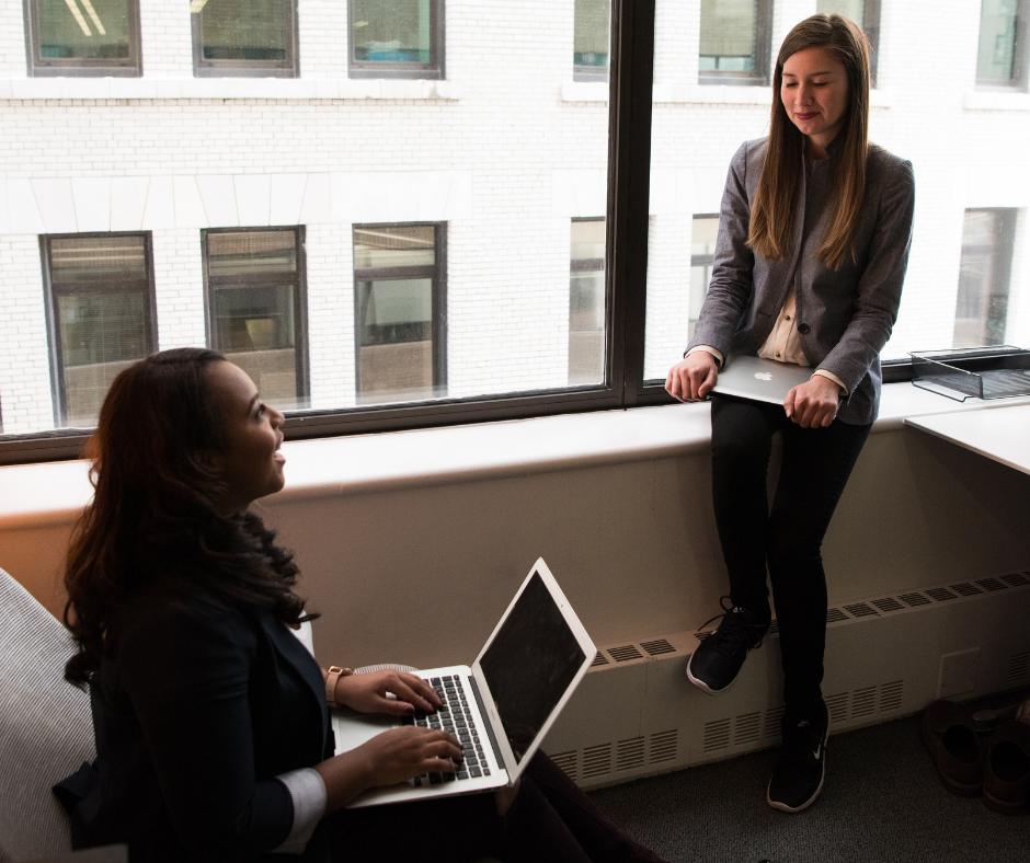 lányok programozás kapcsán beszélgetnek az irodában