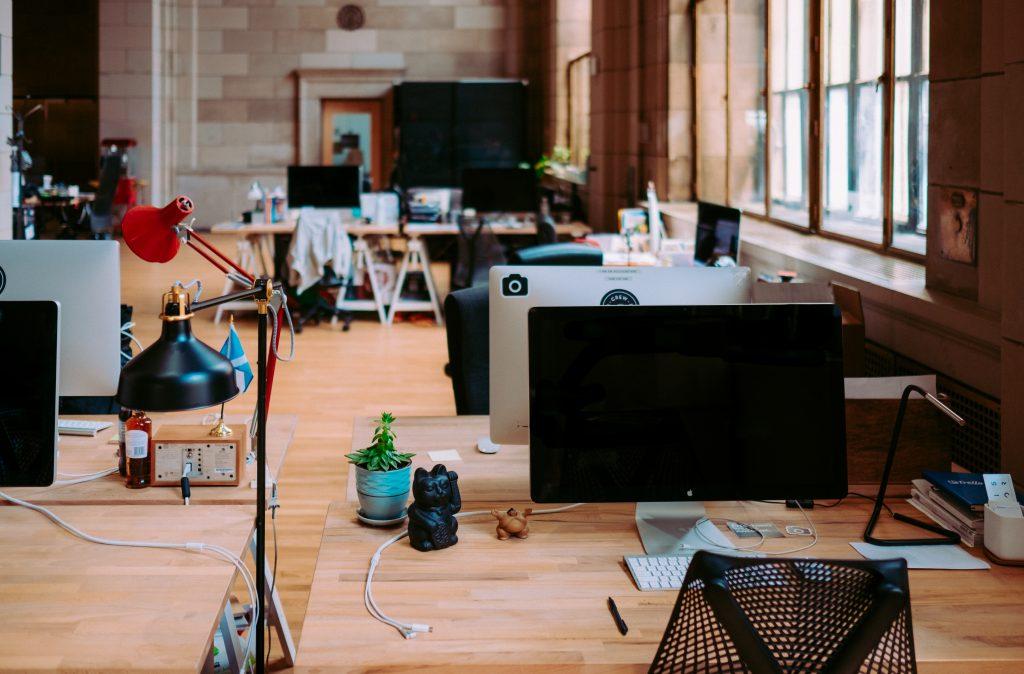Tanulj programozni akár a munkahelyen! Számítógép egy munkahelyen.