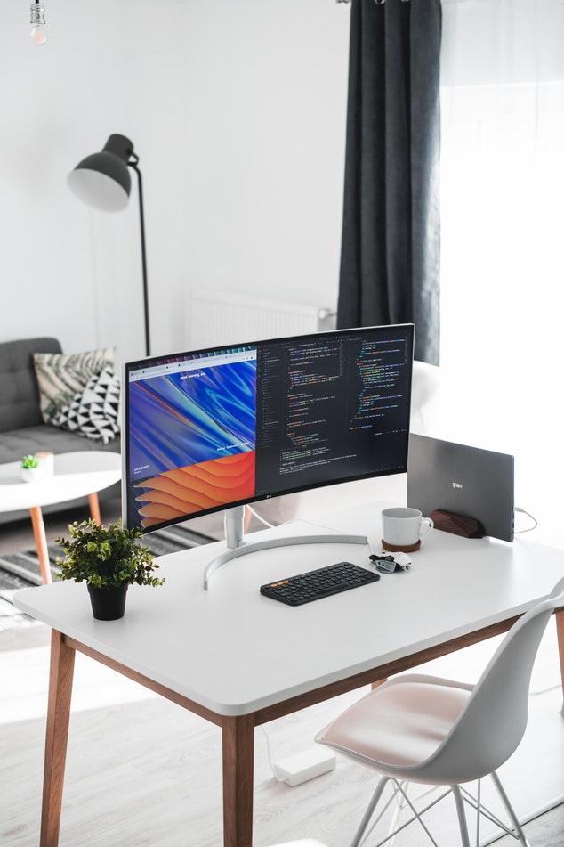 programozási feladatok kezdőknek monitoron egy asztalon
