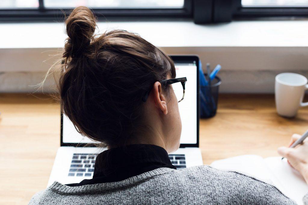 Nő tanulja hogyan kell programozni