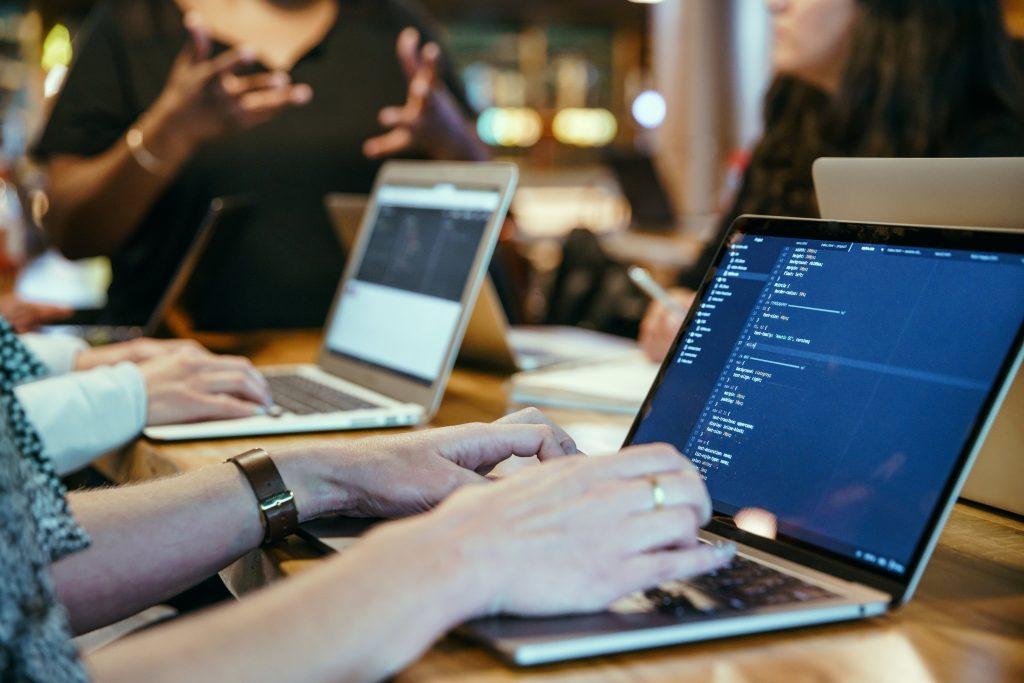 programozók ülnek egy asztalnál