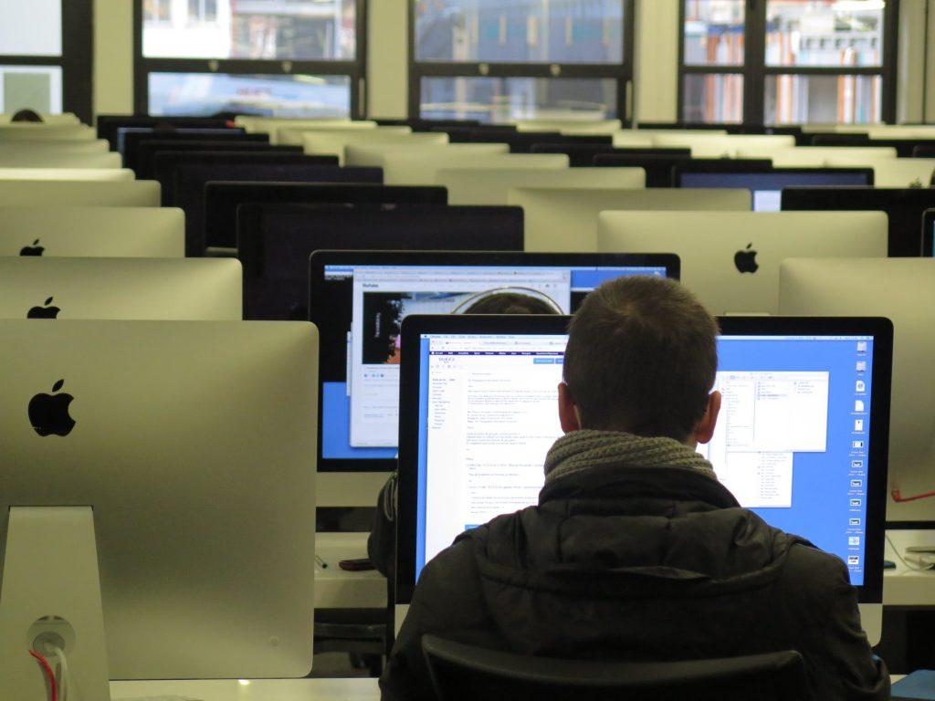 Programozási alapismeretek órán ülő diák a gép előtt