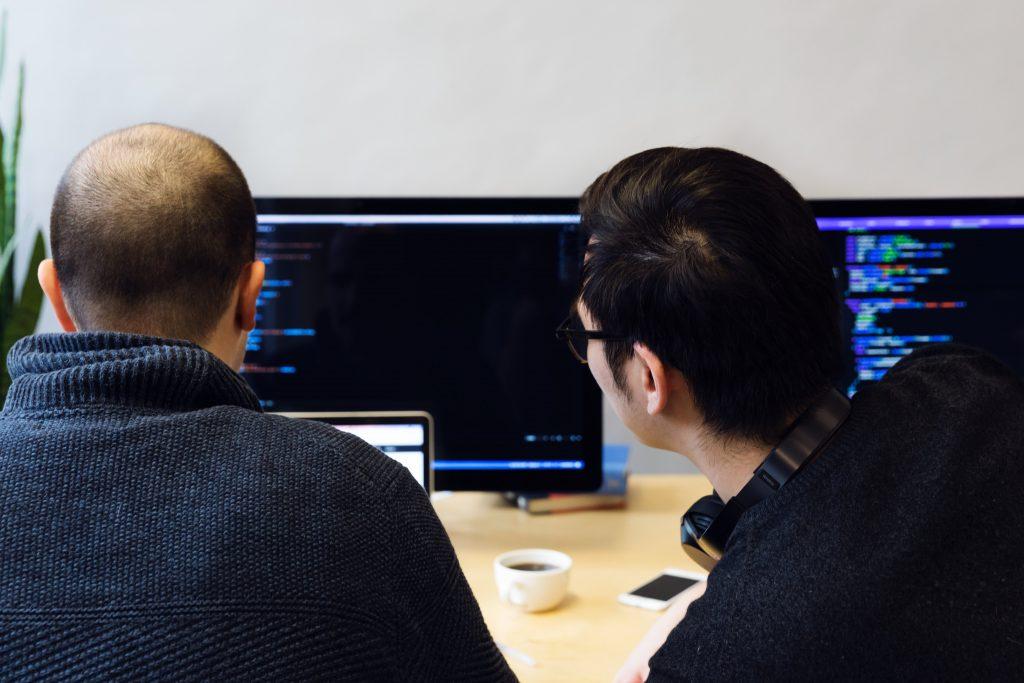 Programozás tanulás monitor előtt ülve