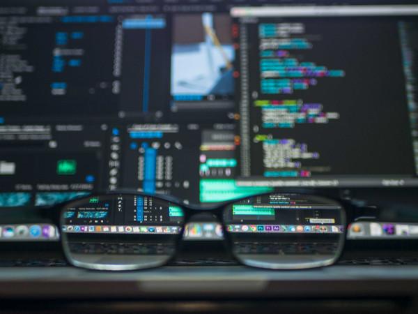 programozni idősebb korban szemüveggel a monitor előtt sem gond