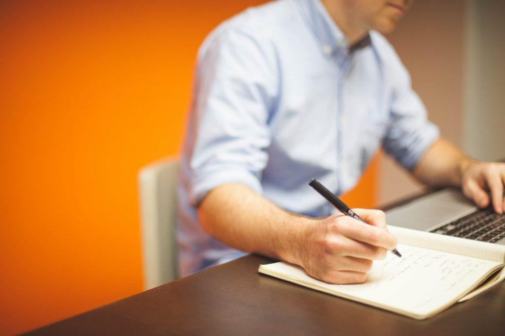 programozási alapismereteket tanul egy férfi az asztalnál