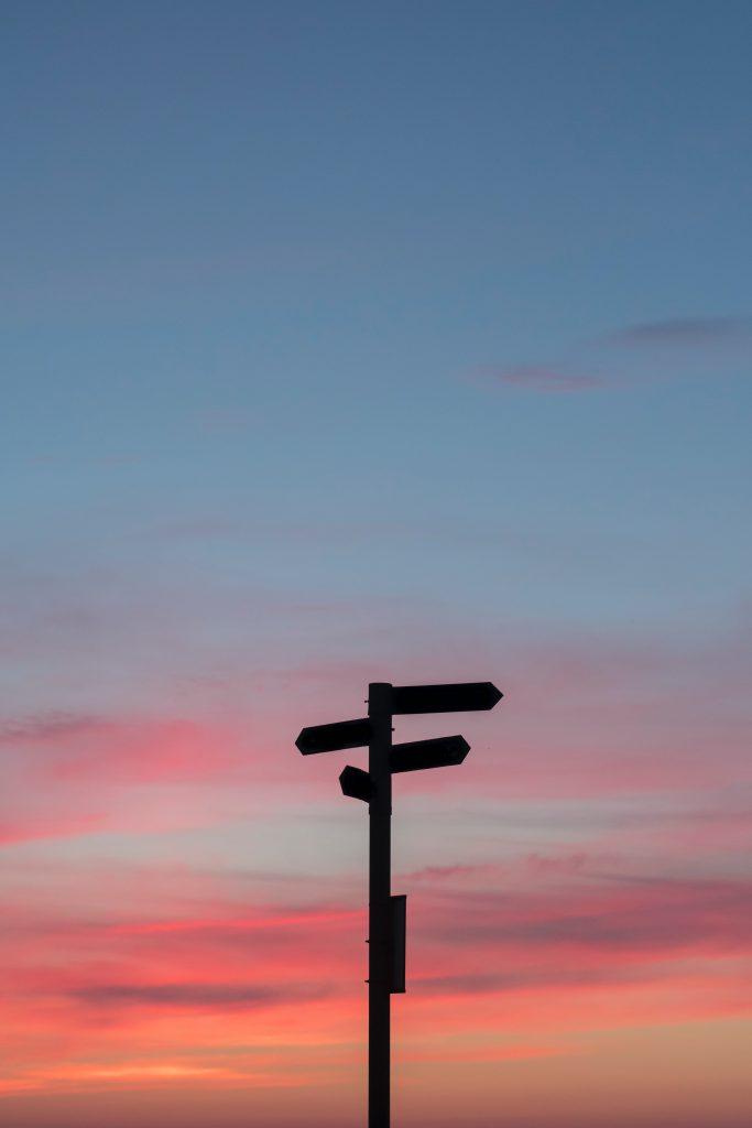 útjelző tábla a naplementében
